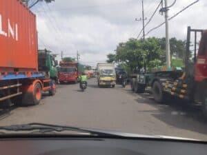 Parkir liar disepanjang Jalan Tanjung Batu Surabaya. ariaptrindo sby